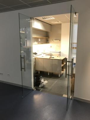 двери стеклянные на доводчике